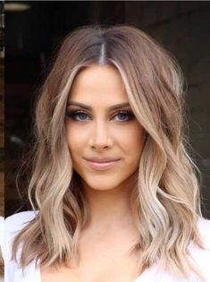 sweeping blond or caramel for beautiful hair . - sweeping blond or caramel for beautiful hair . Frontal Hairstyles, Wavy Bob Hairstyles, Long Bob Haircuts, Lob Hairstyle, Celebrity Hairstyles, Lob Haircut, Haircut Styles, Trendy Hairstyles, Hairstyle Ideas