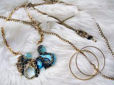 Quem não gosta de uma bijuteria? Algumas peças são lindas e bem mais baratas do que as joias. O que ninguém gosta é quando elas começam a descascar ou mudar de cor, não é mesmo? Bijuterias normalmente são feitas de latão ou níquel e são banhadas com uma camada bem fina de ouro, prata ou…