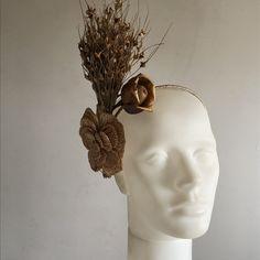 Fascinator com flores e folhas secas e flor de croche em palha Fascinators, Head Accessories, Crochet Flowers, Leaves, Made By Hands, Head Bands, Hand Made
