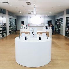 """Магазин re:Store предлагает все виды техники от Apple, официально представленной в России. Кроме Apple, вы смодете найти продукты Microsoft, ABBYY, Parallels, B&W, Bose, JBL, Wacom, Sennheiser, LaCi наряду с большим выбором аксессуаров. 3-й этаж Галерей """"Времена года""""."""