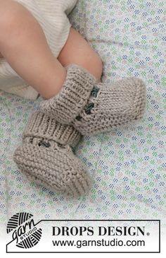 Tiny Kicks / DROPS Baby 33-24 - Gratis strikkeoppskrifter fra DROPS Design Baby Knitting Patterns, Baby Booties Knitting Pattern, Crochet Baby Booties, Knitting For Kids, Free Knitting, Knit Crochet, Crochet Patterns, Crochet Design, Baby Romper Pattern Free