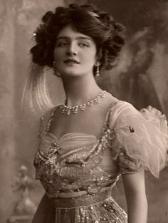 """Lily Elsie, shown here in a costume designed by """"Lucille"""" Lady Duff Gordon for a 1909 play called """"The Dollar Princess."""" Lady Duff Gordon was on the Titanic. Victorian Women, Edwardian Era, Edwardian Fashion, Vintage Fashion, Victorian House, Victorian Era, Vintage Glamour, Vintage Beauty, Lily Elsie"""