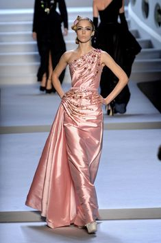 I'm not normally drawn to designer clothing, but this Christian Dior gown is simply breathtaking!!