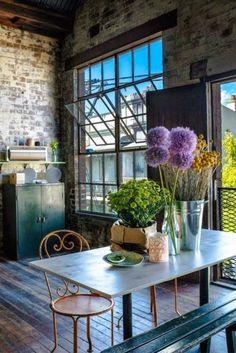 Casinha colorida: Série Ooh La La da Semana. A very industrial and very inviting dining area.