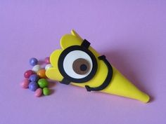 Cone para Doces Meu Malvado Favorito Minions www.petilola.com.br Despicable Me Party, Minions Despicable Me, Minion Party, Minion Birthday, Birthday Treats, Diy Birthday, Foam Crafts, Diy Crafts, Minion Craft
