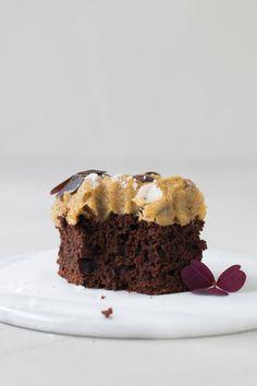 Svampet chokoladekage, tjek. Cookie dough, tjek. Sat sammen til én kage – tjek, tjek, tjek. Jeg er ovenud begejstret. Den lækreste og mest syndige chokoladekage, jeg kan komme i tanke om. Ser…