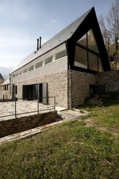 Vernacular Dry Stone House at The Pyrenees by Studio Cadaval & May studio Cadaval & Solà-Morales has designed the House in the Pyrenees project. Stone Cottages, Stone Houses, Design Patio, House Design, Photo D'architecture, Gable Roof Design, Small House Living, Tiny House, Living Rooms