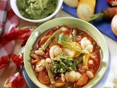 Minestrone mit grünem Pesto ist ein Rezept mit frischen Zutaten aus der Kategorie Gemüsesuppe. Probieren Sie dieses und weitere Rezepte von EAT SMARTER!