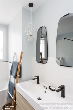 La petite salle de bains de cet appartement a été relookée avec goût et sobriété