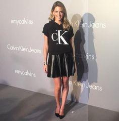 Helena Bordon de saia de couro no evento da Calvin Klein em Hong Kong