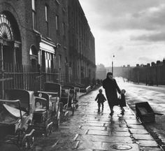 un regard oblique - Charles H. Hewitt :: Mother and Children on Empty Street, Upper Buckingham Street, Dublin, ca. Old Pictures, Old Photos, Vintage Photos, Images Of Ireland, Dublin City, Dublin Street, Ireland Homes, Street Photography, Around The Worlds