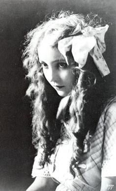 "kylarose: ""Bessie Love Scanned from the book From Hollywood With Love "" Silent Film Stars, Movie Stars, Classic Hollywood, Old Hollywood, Bessie Love, Lillian Gish, Ziegfeld Girls, Thing 1, Vintage Pictures"