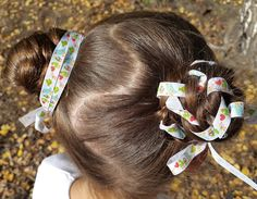 Веселые пучки с лентами. Два вида. 5 минут — и готово // Two braided buns with ribbons https://www.youtube.com/watch?v=JZuDWxySSNY