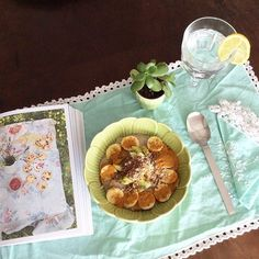 Reading a vegan scones recipe... from #deliciouslyella / #breakfast #breakslow #desayuno #matabicho #buckwheatflakes #almondmilk #banana #kiwi #almonds #flexseeds #cinammon #ginger #turmeric #antiinflammatorydiet #calcium #magnesium #vegan #sugarfree #glutenfree #goingvegan #healthyfood #eatwelllivemore / #ceramic bowl available at #livingplacesandyou #showroom #Lisboa