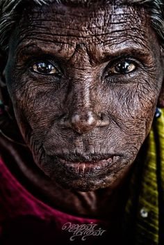 Periyakka (actual meaning in tamil is elder sister) is a street vendor who makes awesome masala vadai, banana bajji as well as onion bajji. Old Faces, Many Faces, Beautiful Eyes, Beautiful People, People Around The World, Around The Worlds, Unique Faces, Foto Art, Interesting Faces