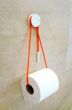 Diabolo Holder est un système pour accrocher le rouleau de papier toilette au mur. Ce support est comme vous allez le voir très simple et finalement cela fonctionne plutôt bien avec ce fil coloré qui vient s'enrouler autour de l'attache sur le mur. Un produit proposé par Yang et Ripol.