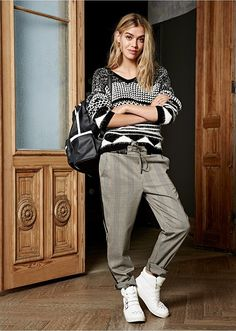 Atrakcyjny sweter dzianinowy w dwukolorowy wzór. Luźniejszy fason, sprawdzi się w wielu zestawach. Materiał wierzchni: 85% akryl, 10% poliester, 5% poliamid