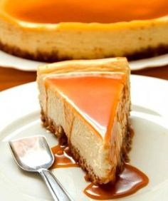 A rich, silky and delicious white chocolate cheesecake with amaretto caramel sauce. It& pure decadence in every single bite! Cheesecake Caramel, White Chocolate Cheesecake, Amaretto Cheesecake, Cheesecake Desserts, Lime Cheesecake, Cake Recipes, Dessert Recipes, Savoury Cake, Cheesecakes
