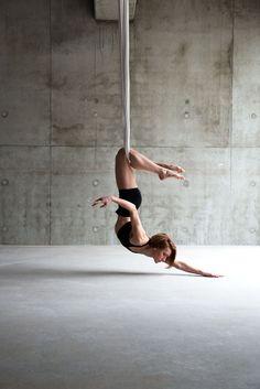 Stretching upside down, downside up Aerial Acrobatics, Aerial Dance, Aerial Hoop, Aerial Arts, Aerial Silks, Pranayama, Pole Dance, Photo Yoga, Yoga