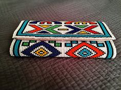 Gorgeous bohemian clutch bag beaded in stunning Zulu beads. Beaded Clutch, Beaded Purses, Beaded Bags, Beaded Jewelry Patterns, Beading Patterns, Diy Purse, Fabric Bags, Handmade Bags, Handmade Clutch