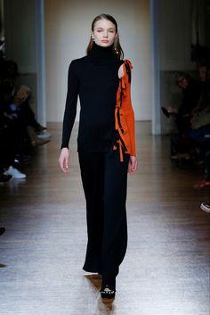Guarda la sfilata di moda Blugirl a Milano e scopri la collezione di abiti e accessori per la stagione Collezioni Autunno Inverno 2017-18.