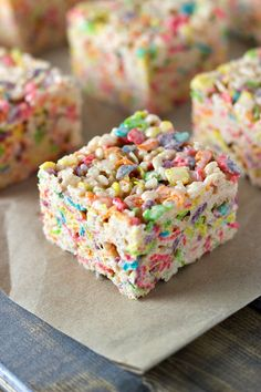 Who knew it was so easy to combine your kids' favorite sweet flavors into one easy dessert recipe? By making these Fruity Rice Krispies Treats® for your family, now you will! Yummy Treats, Sweet Treats, Yummy Food, Yummy Yummy, Just Desserts, Dessert Recipes, Rice Recipes, Dinner Recipes, Kreative Desserts
