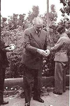 ATATÜRK ,  19 KASIM 1937 MERSİN de PORTAKAL BAHÇESİNDE .