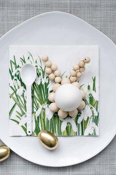 DIY Osterdeko: Schlichte Eierhalter aus Holzkugeln