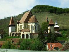 A berethalmi szász erődtemplom  A falu közepén emelkedő dombon áll Erdély egyik legszebb erődtemploma. A templom 1282-ben már létezett. 1486-ban már biztosan erődített volt, mert Mátyás ekkor lakói harmadát felmentette a hadba vonulás alól, hogy a településen álló várat őrizhessék.  Fotó: Bajkó László