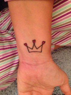 Si siempre te has sentido como una auténtica reina y quieres un tatuaje que refleje este sentimiento, un diseño con una corona es la opción ideal para ti...