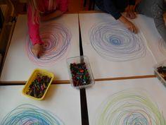Schrijfdans: ballon (herh. cirkel en kronkel weggetje). Op de muziek van schrijfkriebels zijn we begonnen met een heel klein rondje, elke keer als we bliezen werd het rondje een beetje groter. Dit hebben we herhaald met verschillende kleuren. Daarna hebben we er een slurfje aan getekend. Met het volgende nummer van de cd hebben we een draad getrokken naar de zijkant van het papier. Daarna draaiden we het papier om en maakten we de draad af. Aan het eind hebben wij ons zelf getekend. Circle Drawing, Brain Gym, Pre Writing, Mark Making, Pre School, Colours, Crafty, Drawings, Projects