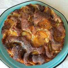 Gâteau aux abricots et à la lavande. Succès garanti à chaque fois!! Des abricots, de la lavande, du citron, des amandes, des noix, qu'il est bon ce gâteau!! Une recette de Yotam Ottolenghi.