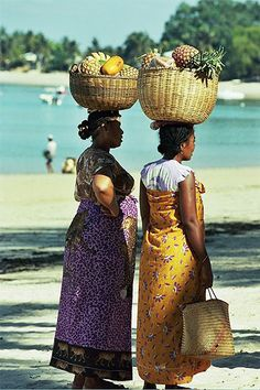 Merchants on the beach in Madagascar, Africa. African Life, African Culture, African Women, African Art, African Beauty, Seychelles, Beautiful World, Beautiful People, Uganda