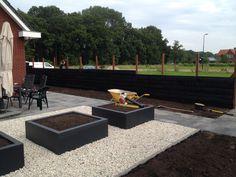 #grind #bloembakken #schutting #gepotdekseld #terras #achtertuin #grote #tuin Under construction | Heart for Gardens.