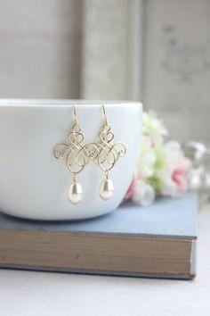 ♥´¨) ¸.•´ ¸.•*´¨) (¸. •´ ♥ ~ wunderschöne, romantische Matt gold vergoldet viktorianischen inspiriert filigrane. Sie sind leicht, qualitativ hochwertigen Anhänger. Eine Perle Elfenbein Tränenblech schwanken sanft unter. Ich kann diese auch mit weissen Perlen stellen.  Sie hängen über französische Ohr Messingdrähten vergoldet. Filigrane misst ca. 22 x 14mm.  Gesamtlänge der Ohrhänger messen ca. 2 Zoll.  Für diesen besonderen Tag oder jeden Tag einfach nur schön!   :: Für schöne und…