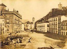 Fotografía de Plaza Nueva ocupada por los sillares de la derruida iglesia de San Gil. Era un templo situado al final de la calle Elvira  que se destruyó a finales del siglo XIX porque suponía un obstáculo para ensanchar Plaza Nueva durante la revolución de 1869.