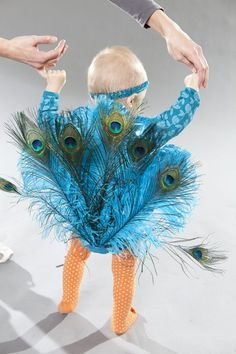 DIY Halloween costume for babies. There would be nothing left of the feathers, but still FUN !