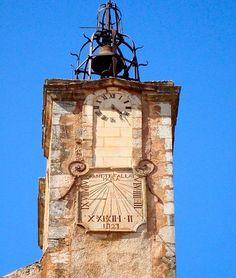 Cadrans solaires sur le clocher de l'église Roussillon dans le lubéron France