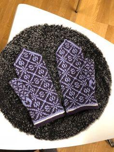 Liselott Skill – Dela dina vantar! Wrist Warmers, Fair Isle Knitting, Mittens, Knitted Hats, Free Pattern, Winter Hats, Crafts, Couture, Gloves