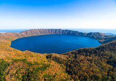 北海道白老町 倶多楽湖 神秘の湖クッタラ湖も秋色でした。 #チーム北海道 #白老 #倶多楽湖 #ドローン #cooljapan