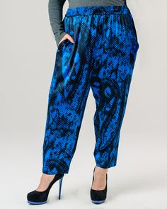 "<i>from the La Strada per CABIRIA line</i><br>Tapered soft drape spiral seamed pants with wide elasticized waist and drawstring, large side pockets, and no outseam structure.  These pants were designed to actively pull the pant leg out of the inner thigh while walking.<br>This version is shown in ""Digital Snakeskin Stretch Silk Charmeuse"" in 97% silk and 3% Lycra. Model is 5'7 tall and a size 16.<br>photos courtesy of Matthew David..."