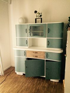 Omas Küchenschrank ist endlich fertig. 3 Monate Arbeit zusammen mit Schwiegerdaddy und jetzt stolz wie Bolle!