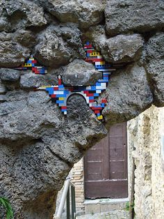 Jan Vormann, is a German artist who has spent the last three years travelling the world fixing crumbling walls and monuments using Lego. Collages, Lego Wall, Lego Sculptures, Yarn Bombing, Kintsugi, Lego Brick, Street Art Graffiti, Lego Creations, Public Art