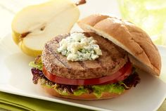 Try this turkey burger with yogurt and feta for a light yet very flavorful meal Yogurt Recipes, Low Carb Recipes, Healthy Recipes, Turkey Burger Recipes, Turkey Burgers, Vegan Burgers, Vegan Tacos, Healthy Grilling, Meals