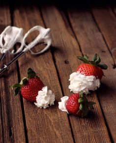 How-to Make Whipped Coconut Cream - Step-By-Step Tutorial Vegan coconut whipped cream- I need this in my life! Paleo Dessert, Healthy Desserts, Delicious Desserts, Clean Recipes, Real Food Recipes, Coconut Whipped Cream, Coconut Milk, Allergy Free Recipes, Paleo Treats