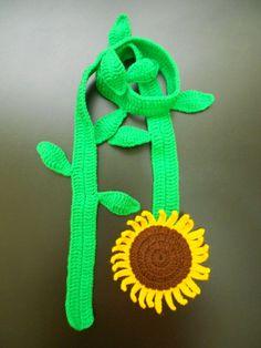 CACHECOL GIRASSOL: em crochê com lã 100% acrílica.  Um charme para os dias mais frios!  Comprimento: 120 cm. R$ 50,00.