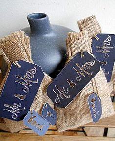 Μπομπονιέρα γάμου πουγκί λινάτσας με διάτρητη ετικέτα Mr&Mrs