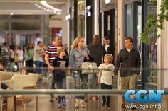 Angélica e Luciano Huck passeiam no Shopping Village Mall (Fabio Moreno / AgNews)