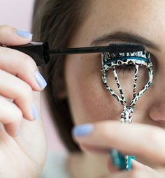 Beauty Tips 26 Mind-Blowing Hacks to Get Flawless Eyelashes Every Time - Get ready to prevent clumps, easily apply false lashes, make your mascara last longer, and more! Beste Mascara, Beauty Hacks For Teens, How To Apply Mascara, Applying Mascara, Beautiful Eyelashes, Eye Makeup Remover, Volume Mascara, Tips Belleza, Flawless Makeup