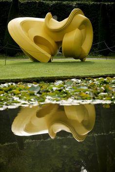 """A escultura """"Declination"""" de Tony Cragg é exibida como parte da amostra 'Beyond Limit's', em Chatsworth, Inglaterra - http://epoca.globo.com/tempo/fotos/2013/09/fotos-do-dia-5-de-setembro-de-2013.html (Foto: Christopher Furlong/Getty Images)"""